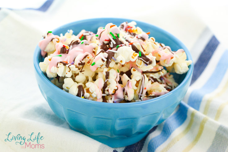 Neapolitan popcorn in a blue bowl